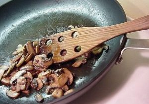 Baby_bella_mushrooms_being_sautéed